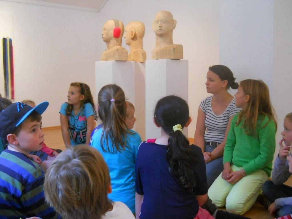 """Kl. 3a der HOHENAU-Schule besucht mit Bildhauerin Regina Marmaglio """"Haus der Maler"""" in Neubeuern"""