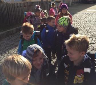 Besuch der Erstklässler und Erstklässlerinnen im Kindergarten