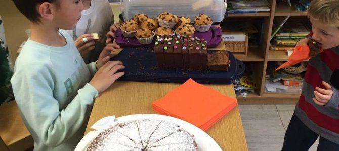"""Kuchenverkauf der 2a für  """"Patenkatze"""" Peterle"""