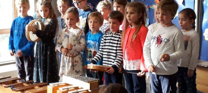 Grundschüler singen für und mit Senioren